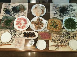 テーブルの上に様々な食べ物の写真・画像素材[797511]
