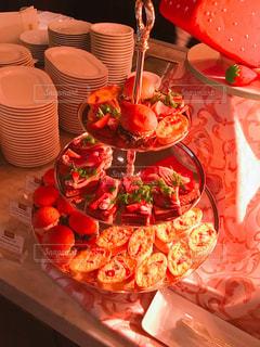 テーブルの上のケーキと赤いまな板の写真・画像素材[797715]