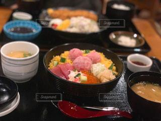 テーブルの上に食べ物のボウルの写真・画像素材[1694979]