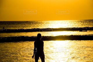 水の体の横に立っている人の写真・画像素材[797676]