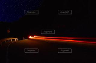 阿知の星空とテールランプの写真・画像素材[797687]