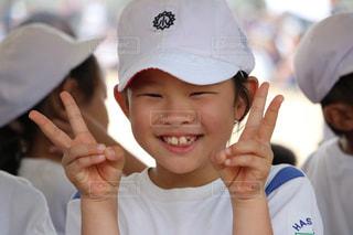 近くに帽子をかぶっている子のアップの写真・画像素材[797819]