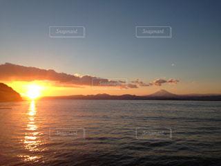 水の体に沈む夕日の写真・画像素材[798965]