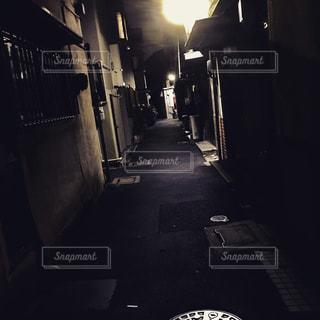 暗い部屋で人々 のグループの写真・画像素材[798247]