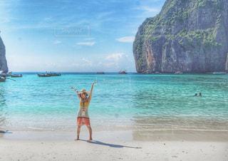 プーケットの浜辺でバンザイの写真・画像素材[798300]