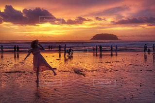 夕日とビーチの上を歩く私の写真・画像素材[798327]