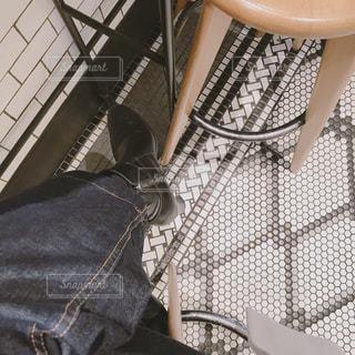 椅子に座る人の写真・画像素材[1055170]