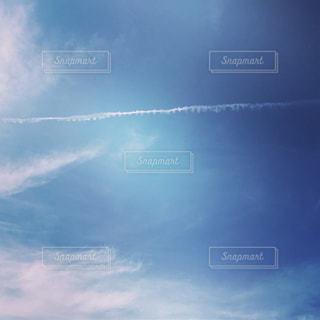 青い空 飛行機雲の写真・画像素材[800574]