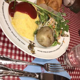 フォークで食べ物の皿 - No.1036068