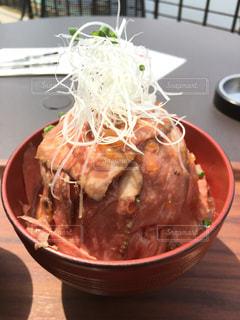 テラスでボリュームたっぷりローストビーフ丼の写真・画像素材[813561]