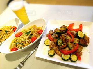 テーブルの上に食べ物のボウルの写真・画像素材[1020636]