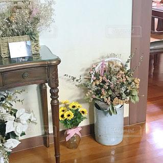家具やテーブルの上の花瓶で満たされた部屋の写真・画像素材[1632519]