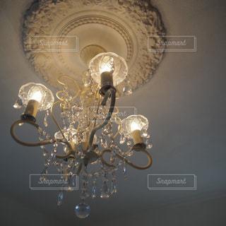天井から吊り下がっているシャンデリアの写真・画像素材[2930487]