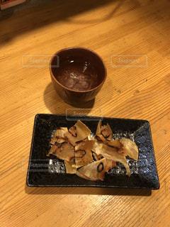木製のテーブルの上に座っているケーキの写真・画像素材[2734204]
