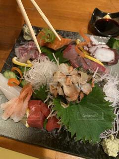 食べ物の皿をテーブルの上に置くの写真・画像素材[4431629]