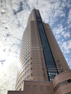 建物の側に時計と大きな背の高い塔の写真・画像素材[800226]