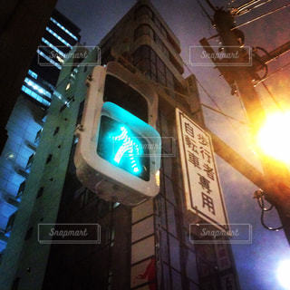 建物の側に座っているトラフィック ライト - No.800887