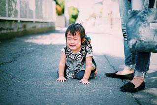 保育園帰りに道端で泣きじゃくる女の子の写真・画像素材[800889]
