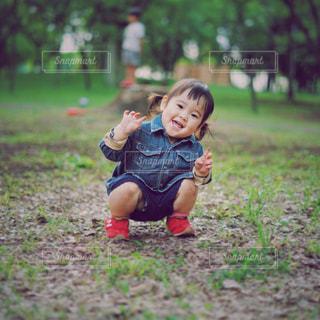 草の中に立っている小さな男の子 - No.800890