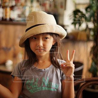 帽子をかぶった小さな女の子の写真・画像素材[800892]