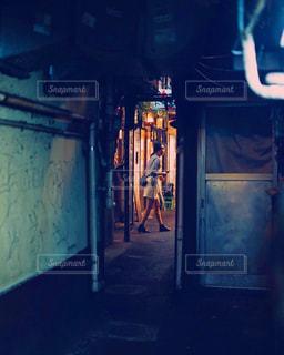 暗い部屋で人の写真・画像素材[800895]