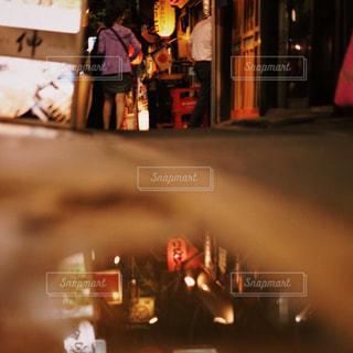 夜の店の前 - No.800896