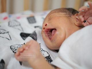 泣いている赤ちゃんの写真・画像素材[800908]