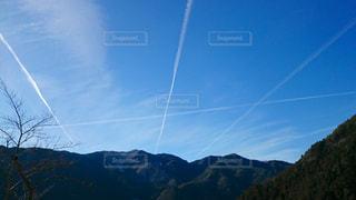 山と空と飛行機雲の写真・画像素材[806962]