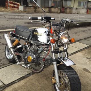 バイクは、道の脇に駐車の写真・画像素材[801024]
