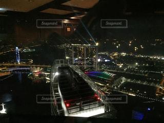 シンガポールの夜の高層ビルのバーからの写真・画像素材[801039]