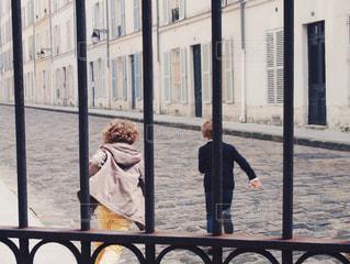 橋の上を歩く人々 のグループの写真・画像素材[801467]