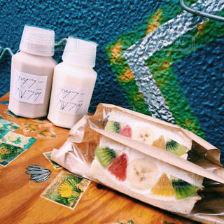 テーブルの上に食べ物の写真・画像素材[801975]