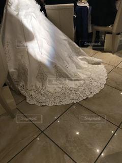 部屋に座っている大きな白いベッドの写真・画像素材[802320]