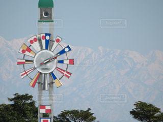雄大な山と小さな時計塔の写真・画像素材[1825820]