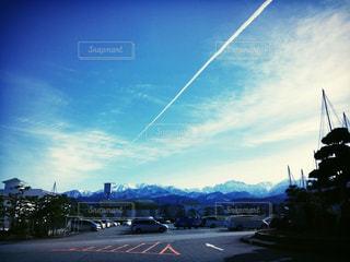 立山連峰と飛行機雲の写真・画像素材[1854424]