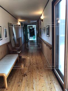 木製の床とキッチンの写真・画像素材[2085643]