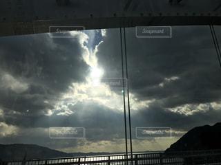 曇りの日に橋の写真・画像素材[802828]