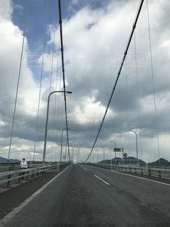 橋の上の人々 のグループの写真・画像素材[802860]