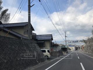道の端にフォーカスを持つストリート シーンの写真・画像素材[802872]