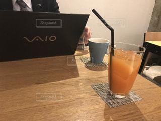 テーブルの上のコーヒー カップの写真・画像素材[802901]