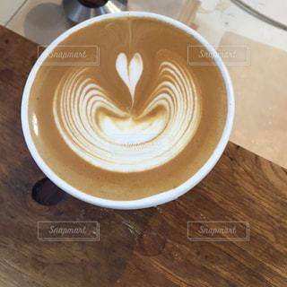 テーブルの上のコーヒー カップの写真・画像素材[802938]
