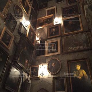 部屋の真ん中に時計の写真・画像素材[802980]