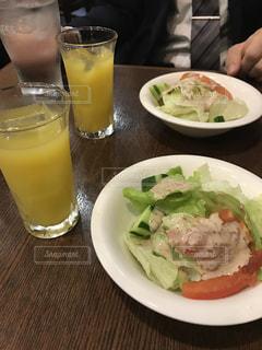 食べ物やテーブルに飲み物のプレートの写真・画像素材[803045]