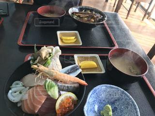 テーブルの上に食べ物のプレートの写真・画像素材[803258]