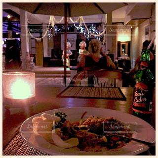 食品のプレートをテーブルに座って人の写真・画像素材[803358]
