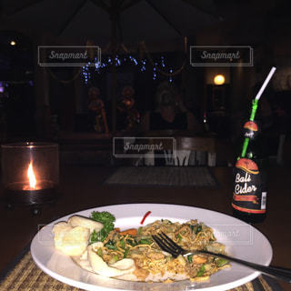 テーブルの上に食べ物のプレートの写真・画像素材[803416]