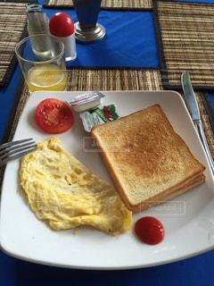 皿の上の朝食サンドイッチの写真・画像素材[803420]
