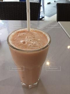 テーブルの上のコーヒー カップの写真・画像素材[803421]
