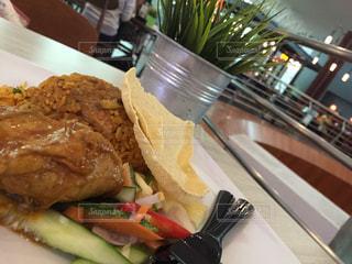 サンドイッチ、フライド ポテト、テーブルの上に食べ物のプレートの写真・画像素材[803438]