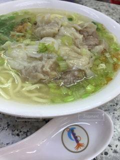 白いプレートにスープのボウルの写真・画像素材[803531]